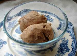 Maple spice ice cream with grated chocolate